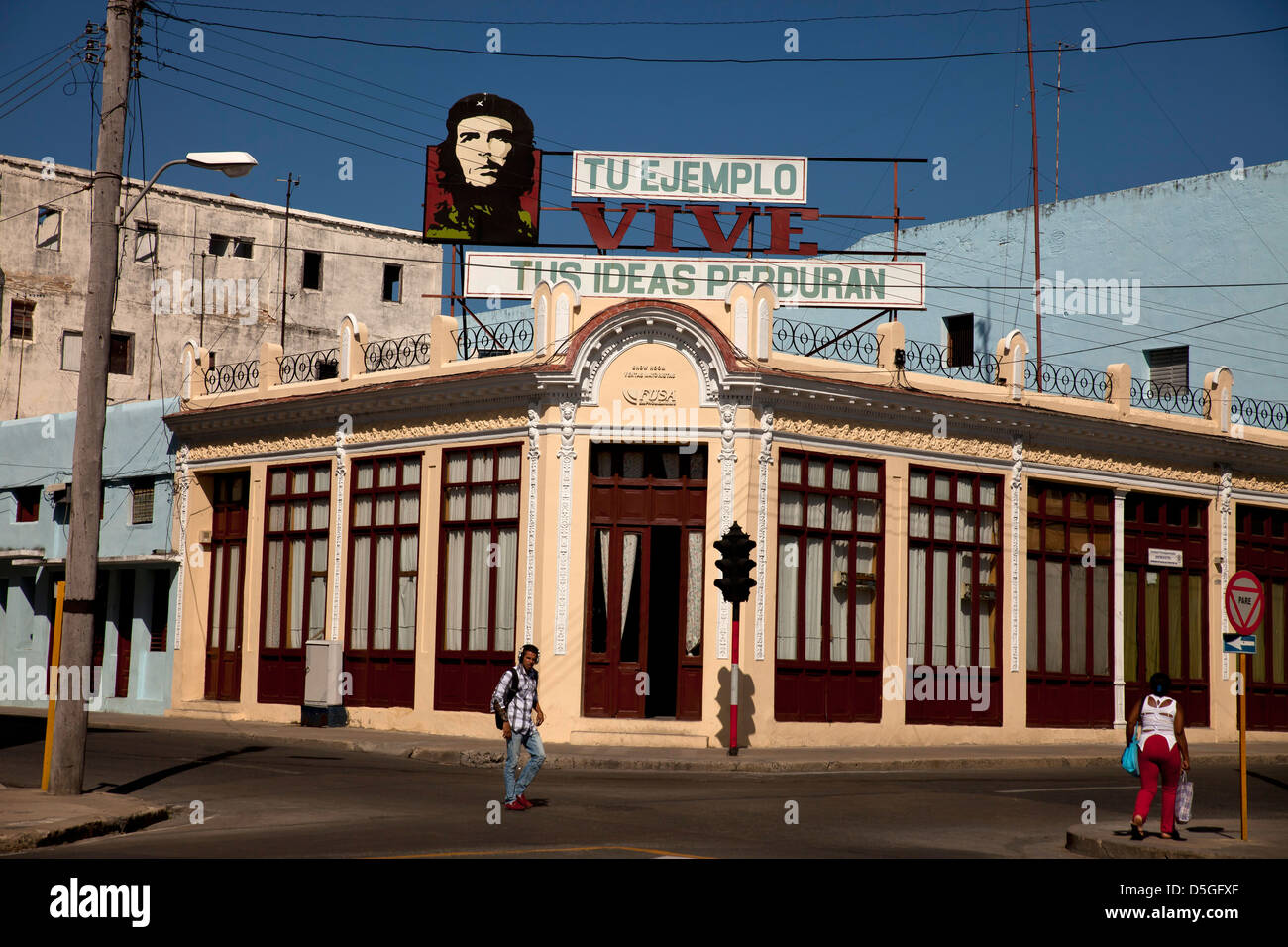 Che Guevara image and propaganda on a typical building in Cienfuegos, Cuba, Caribbean - Stock Image