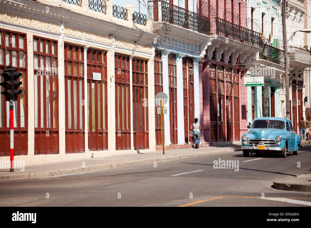 typical street and classic US car in Cienfuegos, Cuba, Caribbean - Stock Image