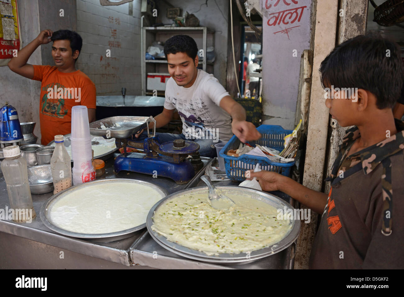 Indian fast food service in Chandni Chowk, Old Delhi, India - Stock Image
