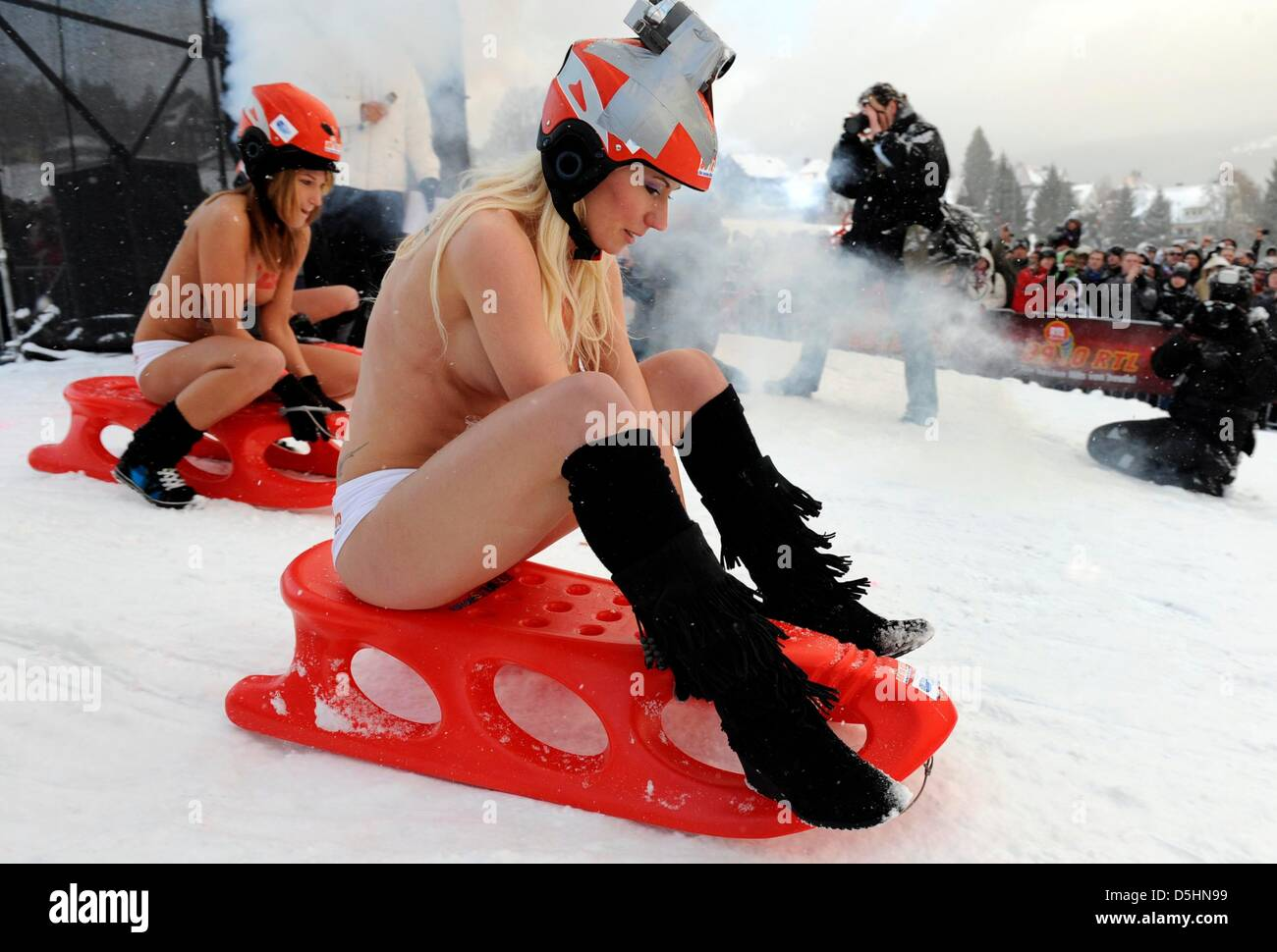 Women skiing nude