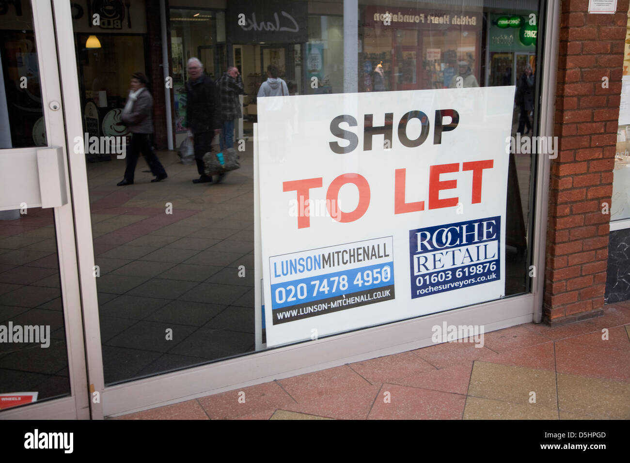 Empty shop with To Let estate agent sign, Newmarket, Suffolk, England - Stock Image