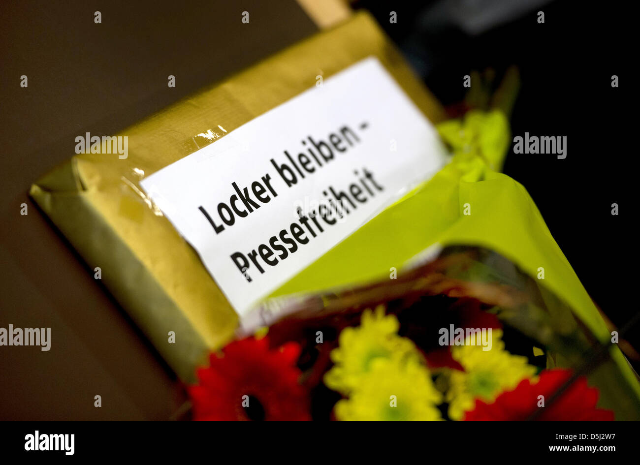 Journalists Thomas Datt and Arndt Ginzel took flowers and a parcel which reads 'Locker bleiben - Pressefreiheit' - Stock Image