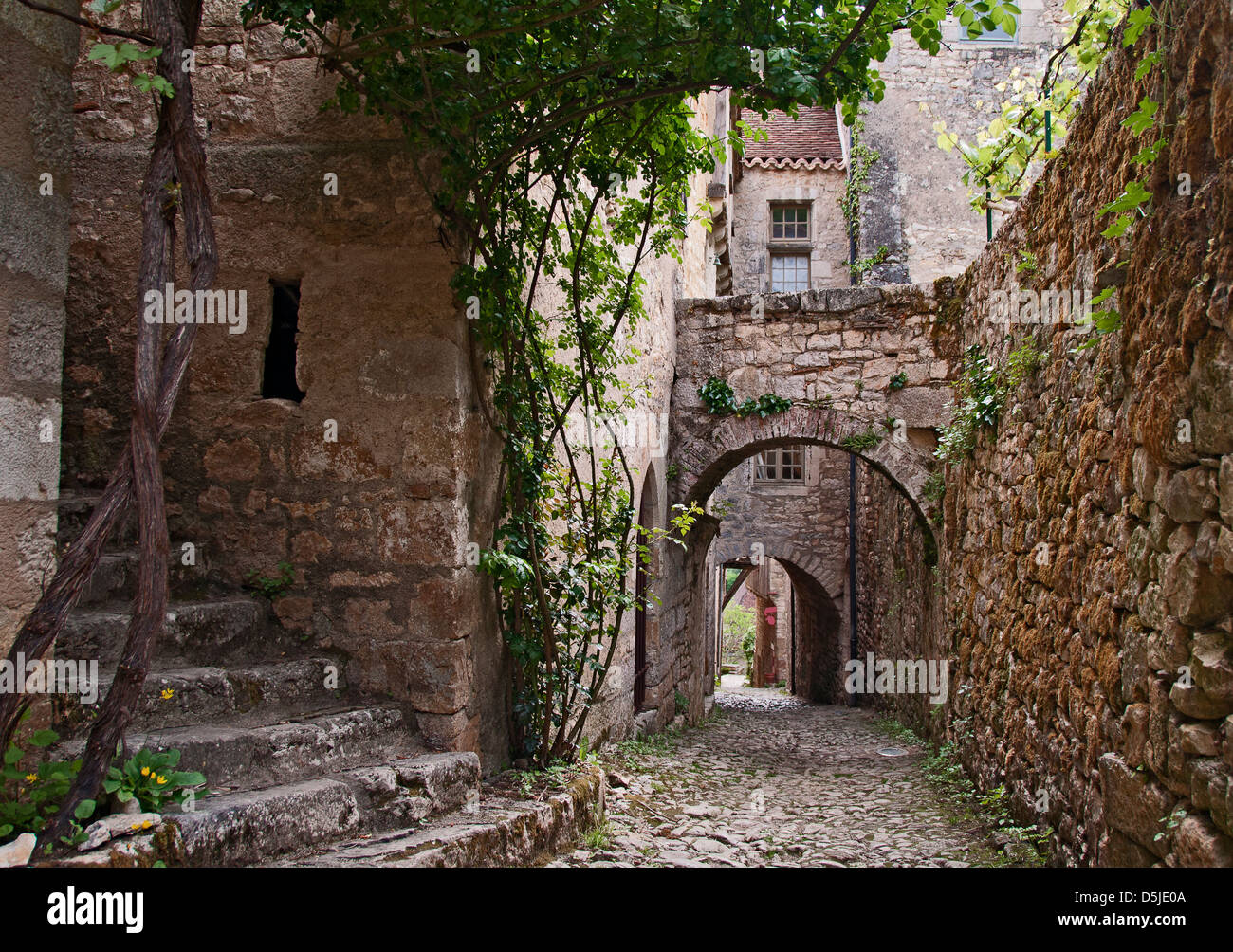 Narrow alley in French medieval village of St. Cirq Lapopie - Stock Image