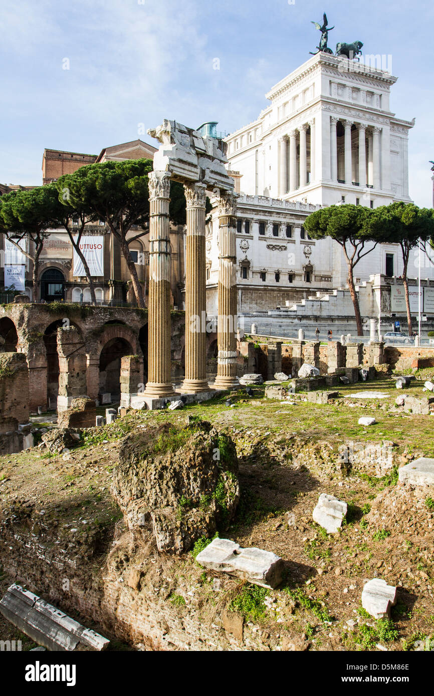 Forum of Caesar with the colums of Temple of Venus Genetrix in front and the Monument to Vittorio Emanuele II in - Stock Image