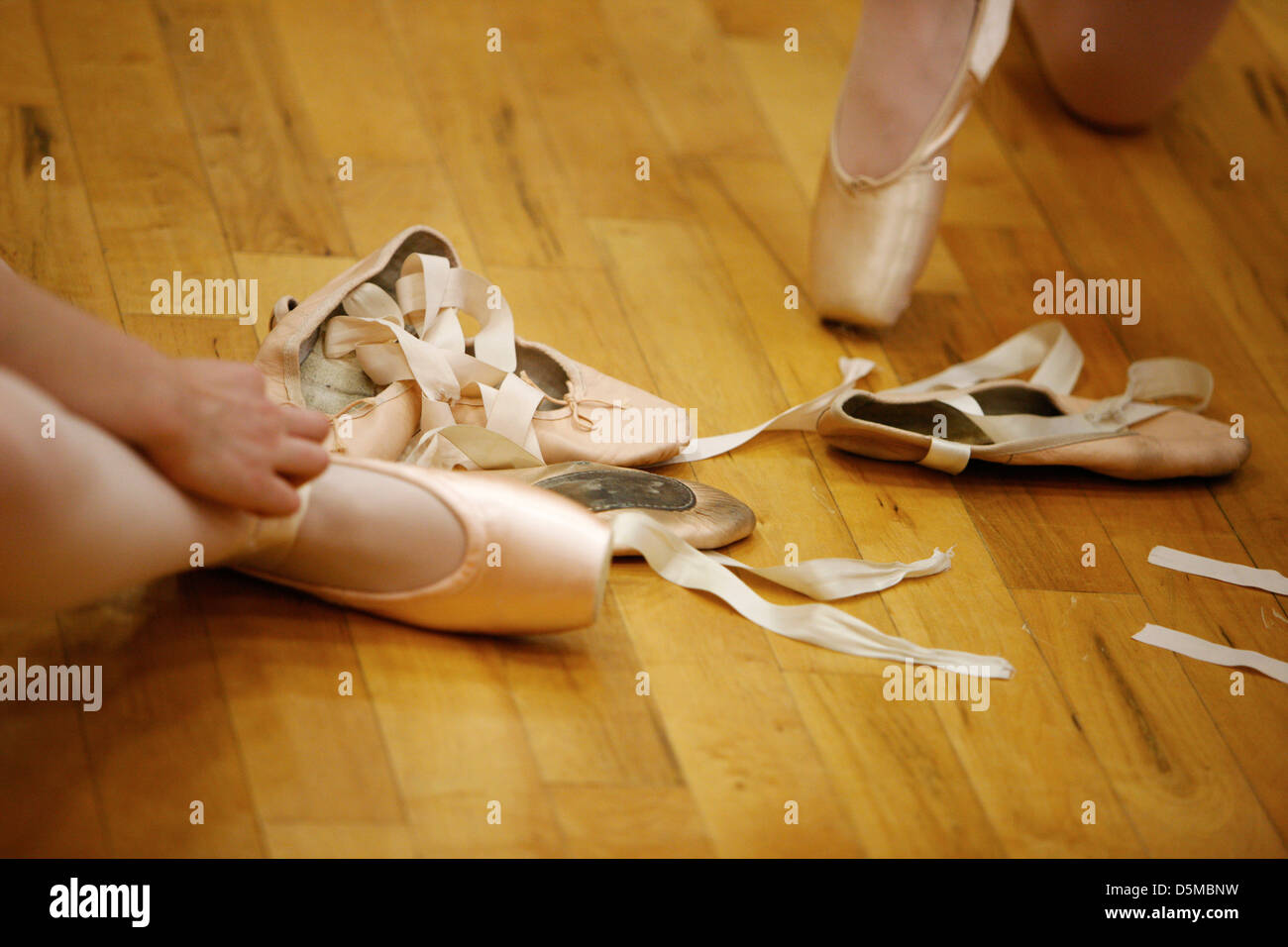 students putting on pointe shoes at a ballet school in the uk - Stock Image