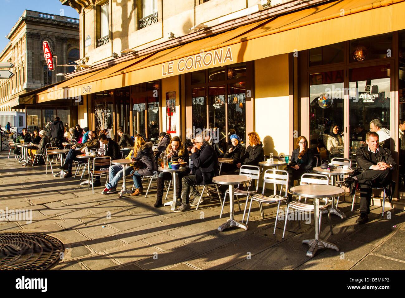 Sidewalk cafe at Quai du Louvre. - Stock Image