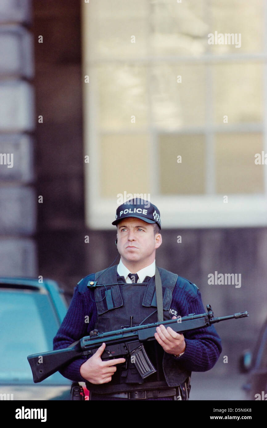 Armed policeman deployed outside the High Court in Edinburgh, Scotland - Stock Image