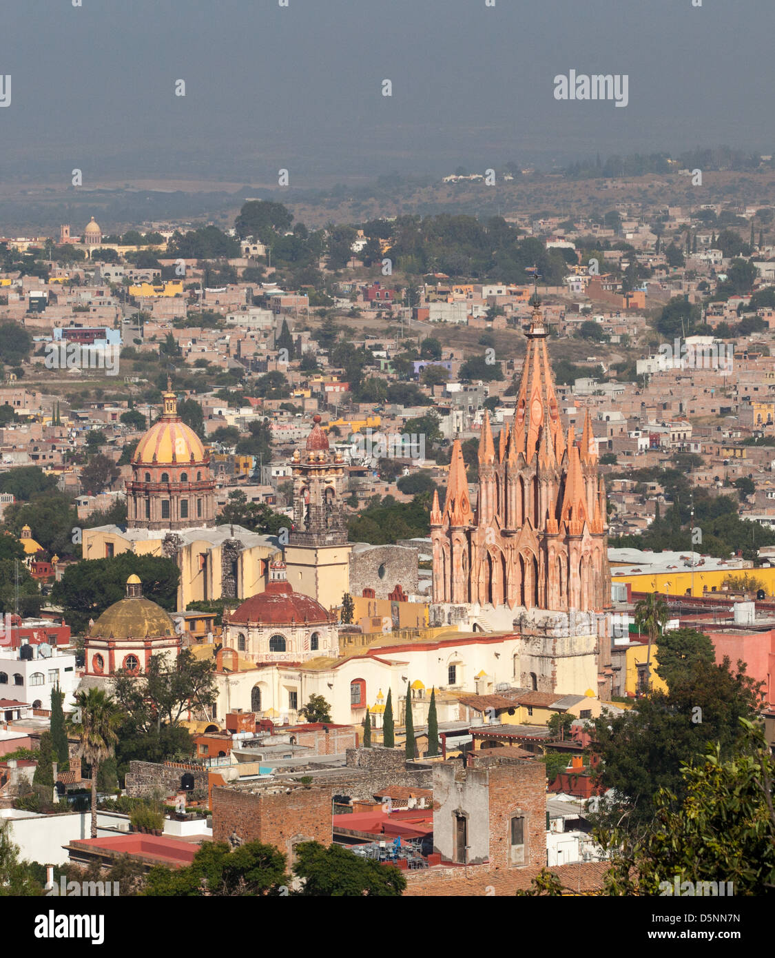 Cityscape of the Spanish colonial city of San Miguel de Allende, Guanajuato, Mexico with La Parroquia in the city - Stock Image