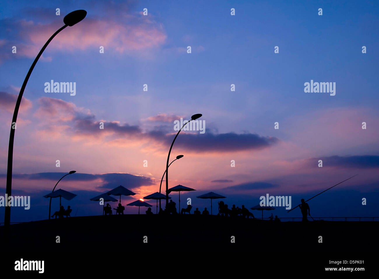 India, Himachal Pradesh, Manali, Vashisht silhouette of people at sunset - Stock Image