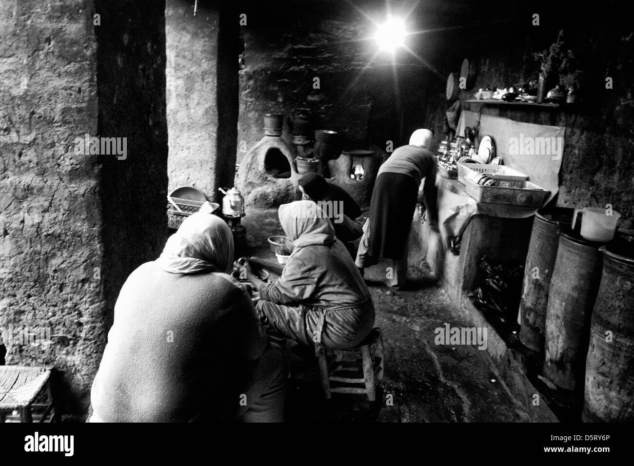 Morocco women living on a little village in the Atlas mountains prepare lunch on their kitchen - Stock Image