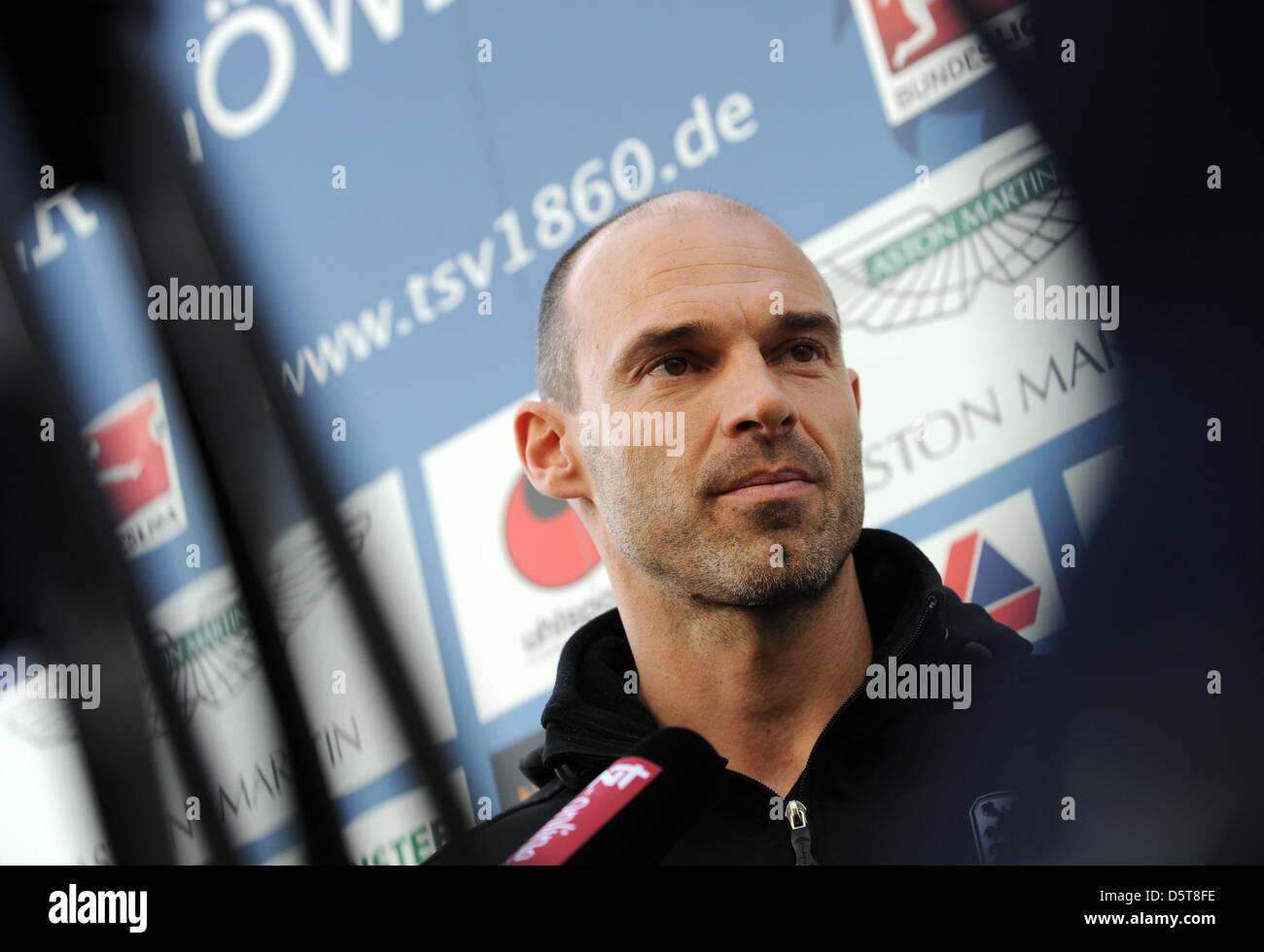 Der neue Trainer des TSV 1860 München, Alexander Schmidt, gibt am 18.11.2012 in München (Bayern) ein Interview. - Stock Image