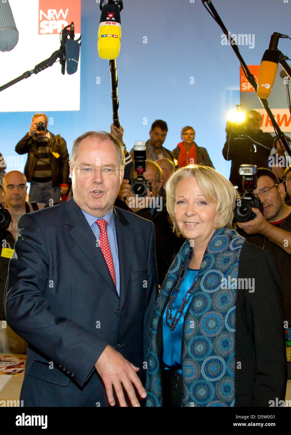 SPD chancellor candidate Peer Steinbrueck stands next to Premier of North Rhine-Westphalia (NRW) Hannelore - Stock Image