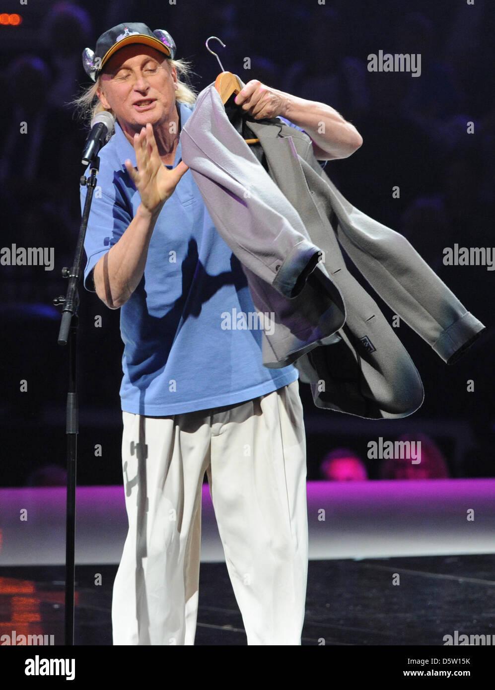 Komiker Otto steht am 29.09.2012 in Hamburg bei der Gala zum 125-jährigen Bestehen des HSV auf der Bühne. Foto: Stock Photo