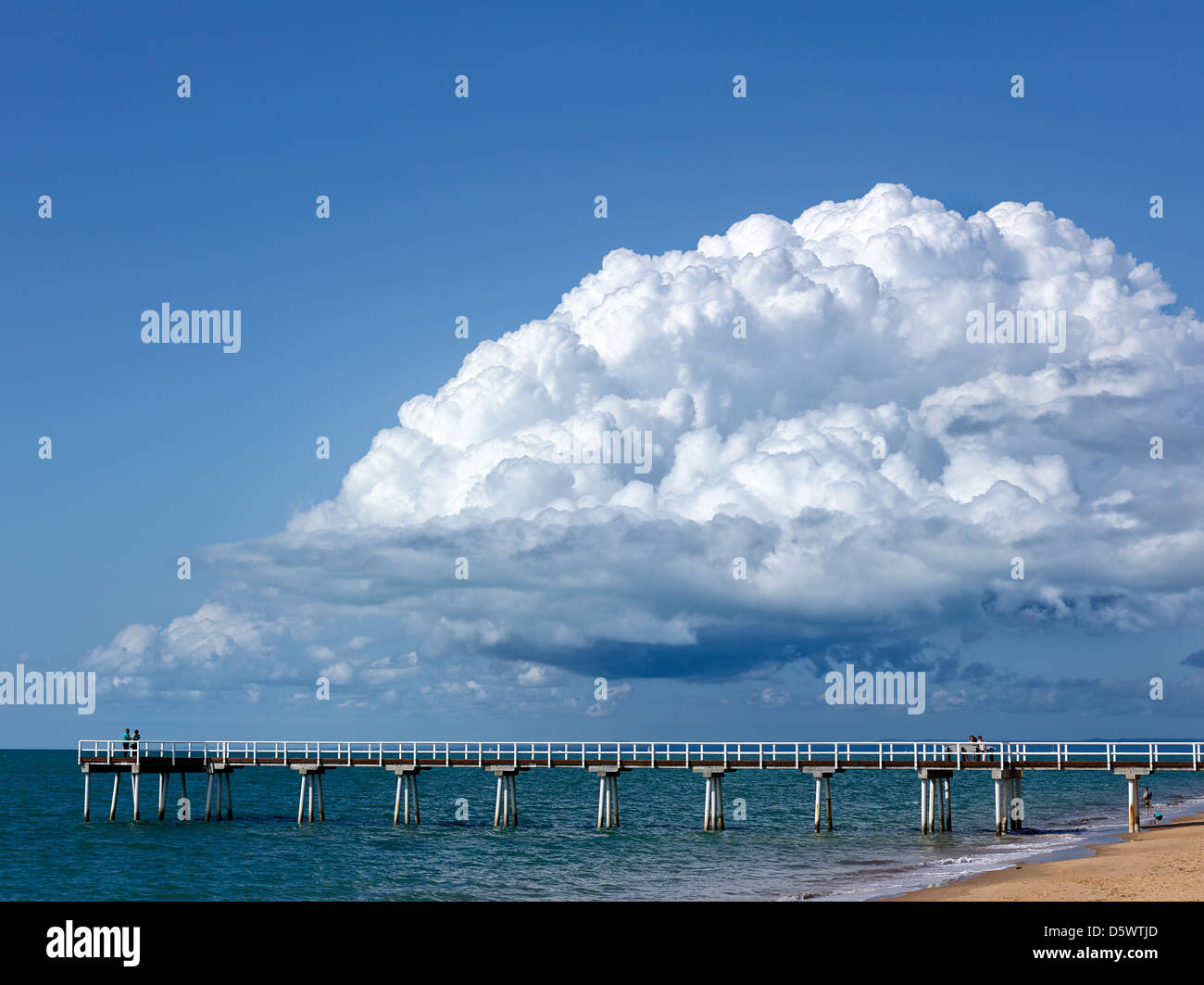 Storm clouds forming over the Coral Sea at Hervey Bay. Torquay Pier in foreground. - Stock Image