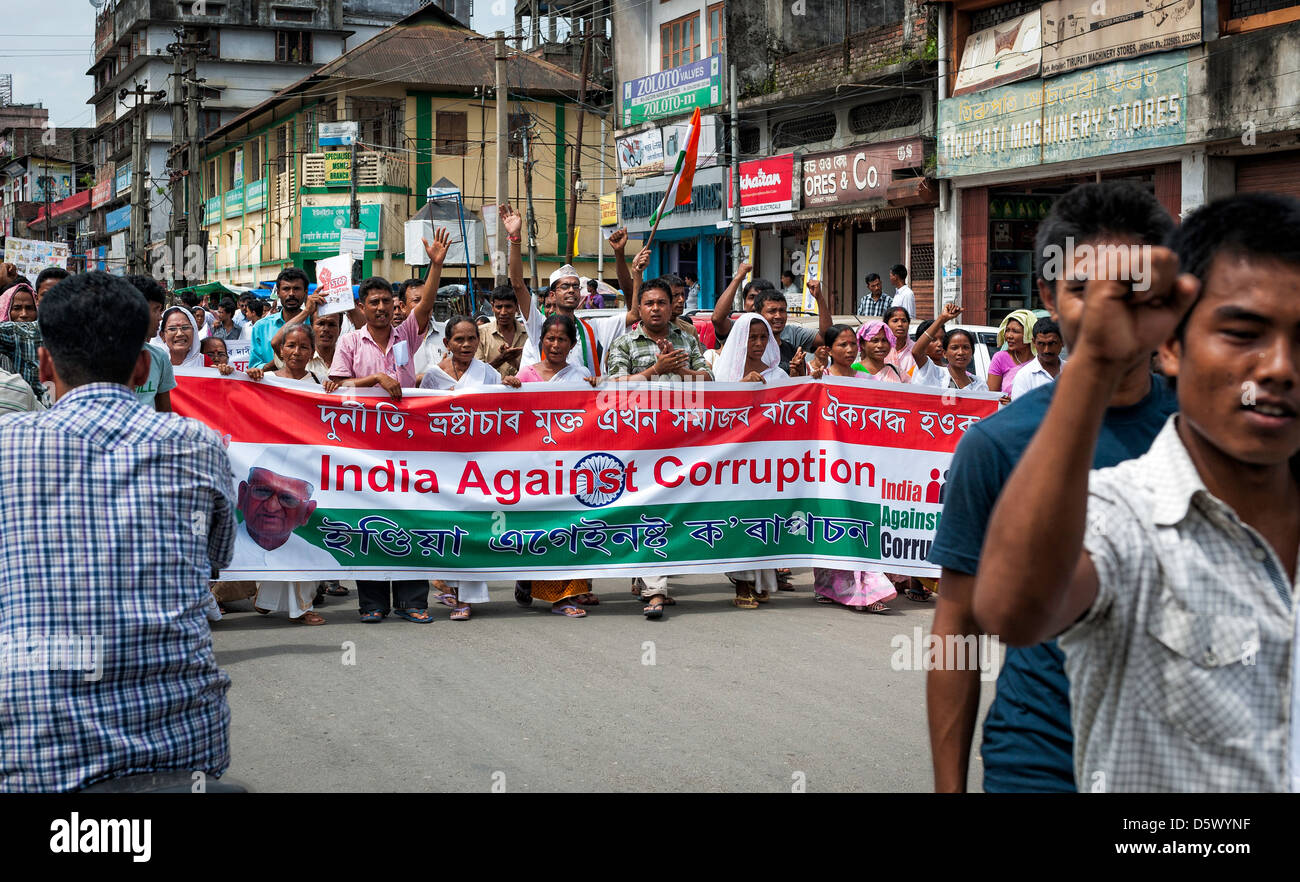 People with large banner and Indian flag demonstrate in favour of politician Anna Hazare and against corruption - Stock Image