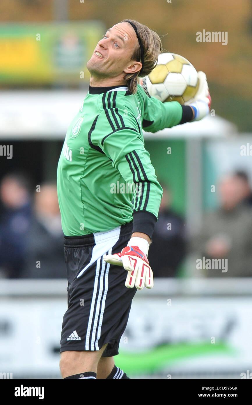 Schalke's goalkeeper Timo Hildebrand throws the ball during the regional league match VfB Huels vs. Schalke - Stock Image