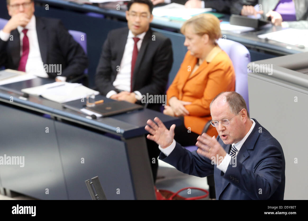 SPD chancellor candidate Peer Steinbrueck (R) reacts to a government statement of German Chancellor Angela Merkel - Stock Image