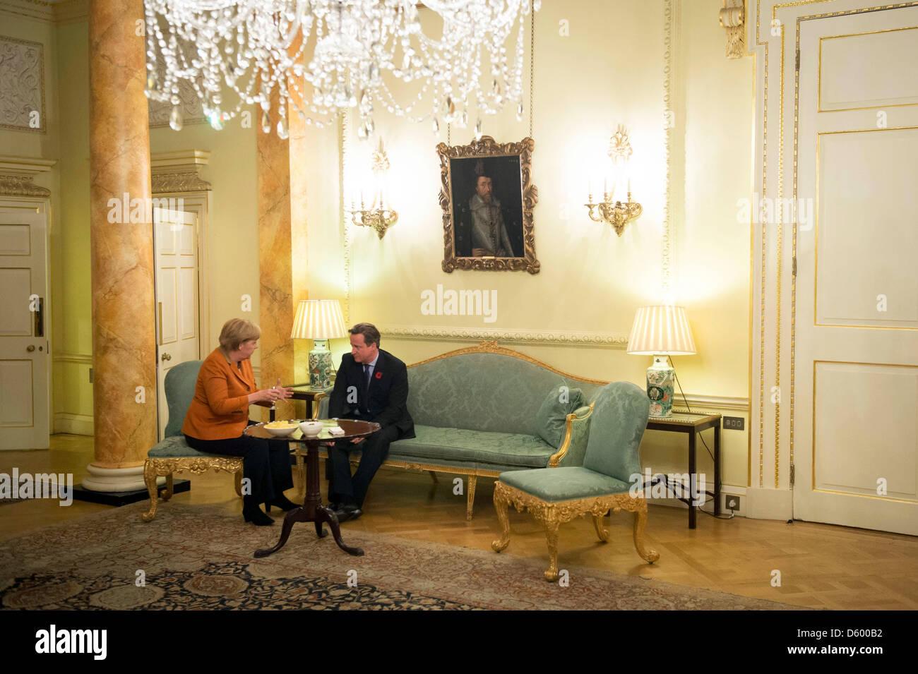 HANDOUT- Bundeskanzlerin Angela Merkel und der britische Premierminister David Cameron unterhalten sich am - Stock Image