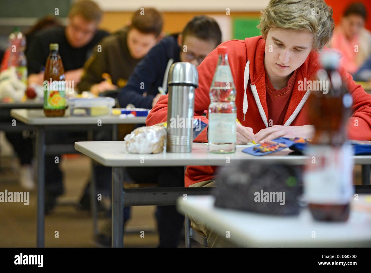 Der Schüler Jannis Weskott schreibt am 10.04.2013 im Wirtschaftsgymnasium der Humpis-Schule in Ravensburg (Baden - Stock Image