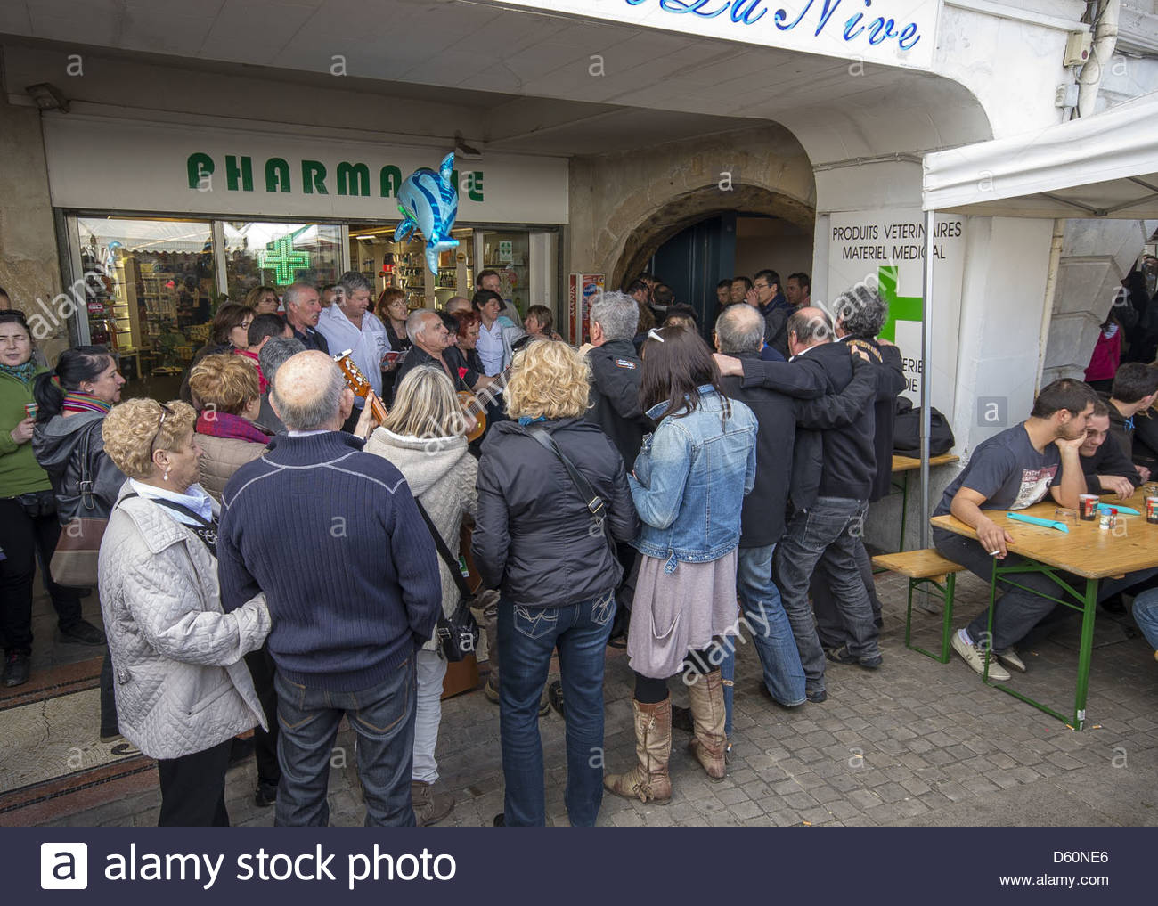 Crowds watching street entertainment in Bayonne, Aquitaine, Southwestern France - Stock Image