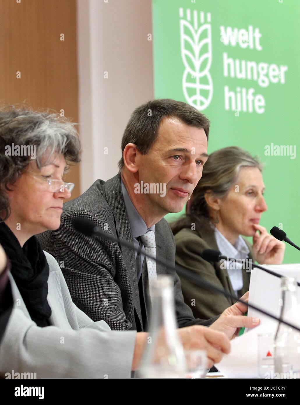 Chairman of the German World Hunger Organization, Wolfgang Jamann (C), terre des hommes CEO, Danuta Sacher (L), - Stock Image