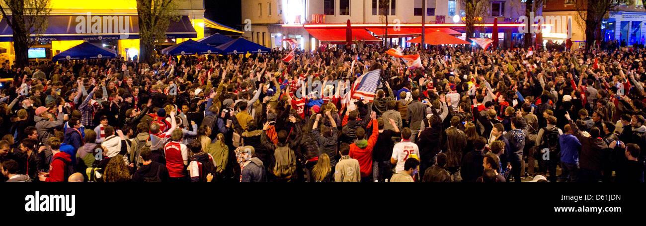 Fußballfans feiern am Mittwoch (25.04.2012) in München (Oberbayern) auf der Leopoldstraße. Der FC - Stock Image