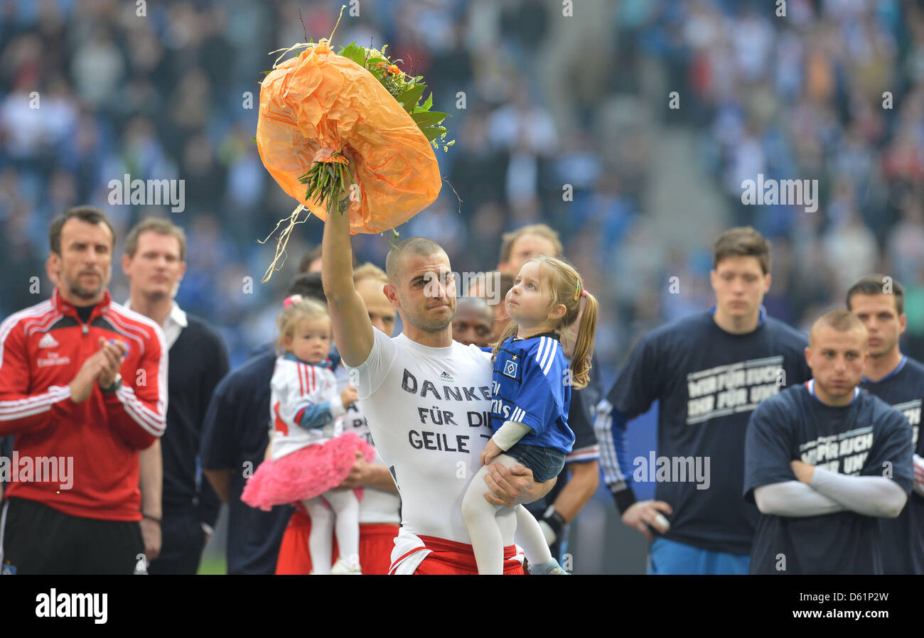 e5ea8d9083692 Hamburg s Mladen Petric thanks his fans with a T-shirt with the lettering   Thank You for the Great Time  and his daughter on his arm after the  Bundesliga ...