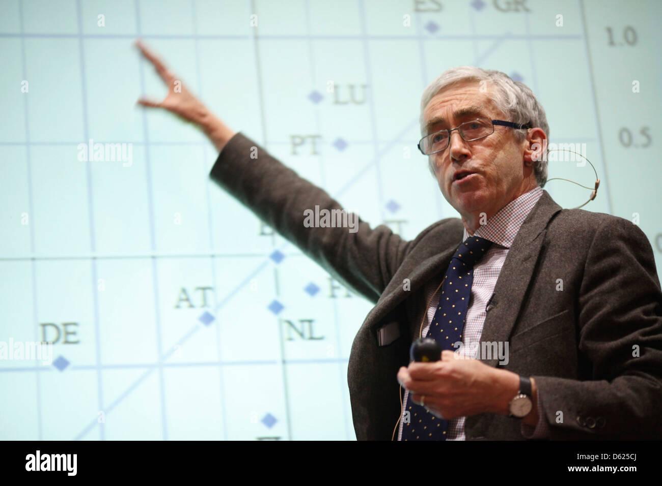 Professor Paul De Grauwe delivers a speech at LSE - Stock Image