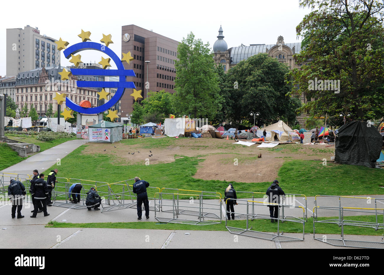 Police officers set up barriers at the Occupy camp in Frankfurt am Main, Germany, 15 May 2012. The police is preparing - Stock Image