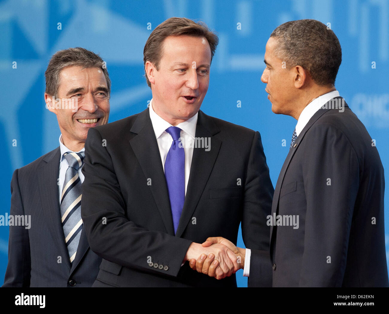 Nato-Generalsekretär Anders Fogh Rasmussen (l) und der amerikanische Präsident Barack Obama (r) begrüßen - Stock Image
