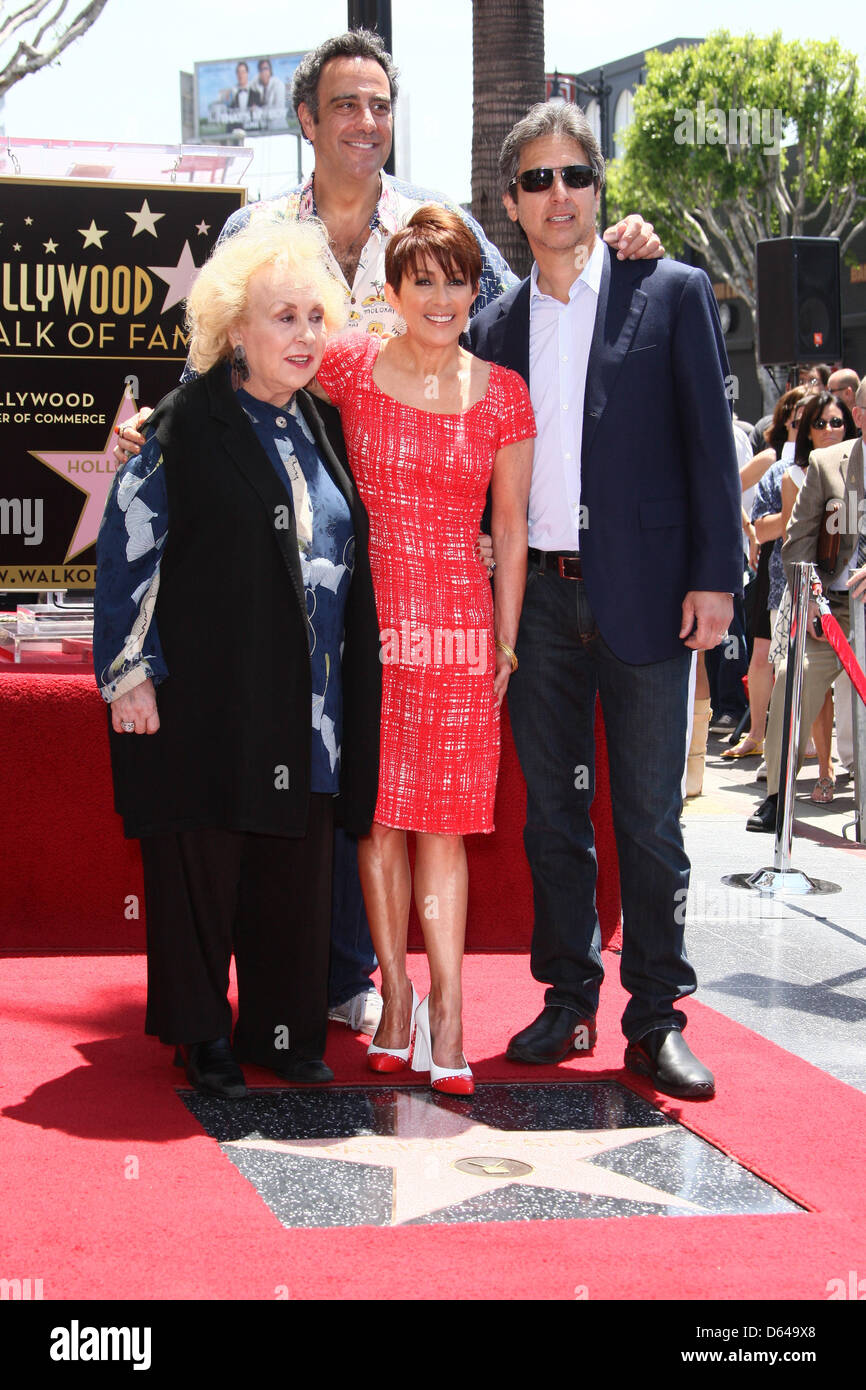 US actress Patricia Heaton (2nd R) poses with the cast of 'Everybody