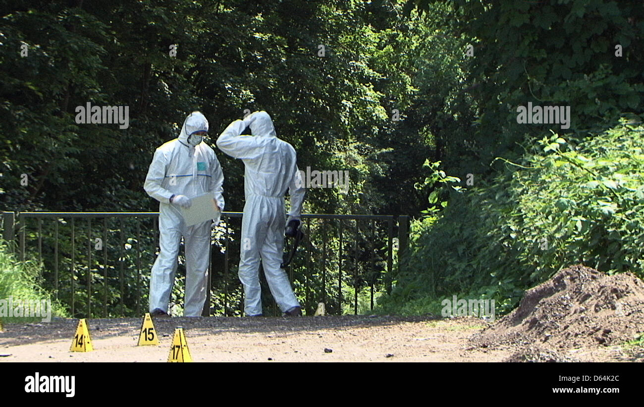 Forensics officers search for clues on the edge of a highway in Bottrop, Germany, 29 May 2012. A suspected member - Stock Image
