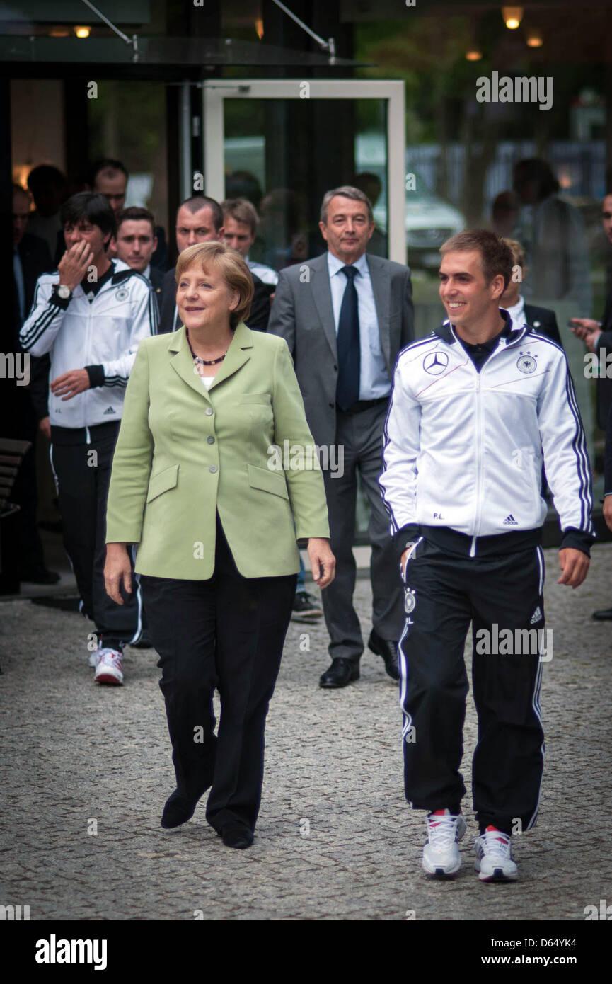 HANDOUT- Bundeskanzlerin Angela Merkel und der Kapitän der deutschen Fußballnationalmannschaft, - Stock Image