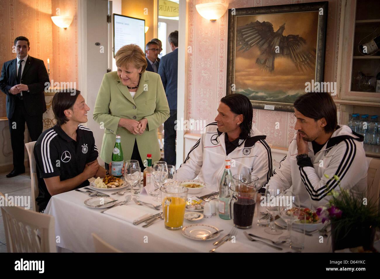 HANDOUT- Bundeskanzlerin Angela Merkel unterhält sich am Mittwoch (06.06.2012) während eines gemeinsamen - Stock Image