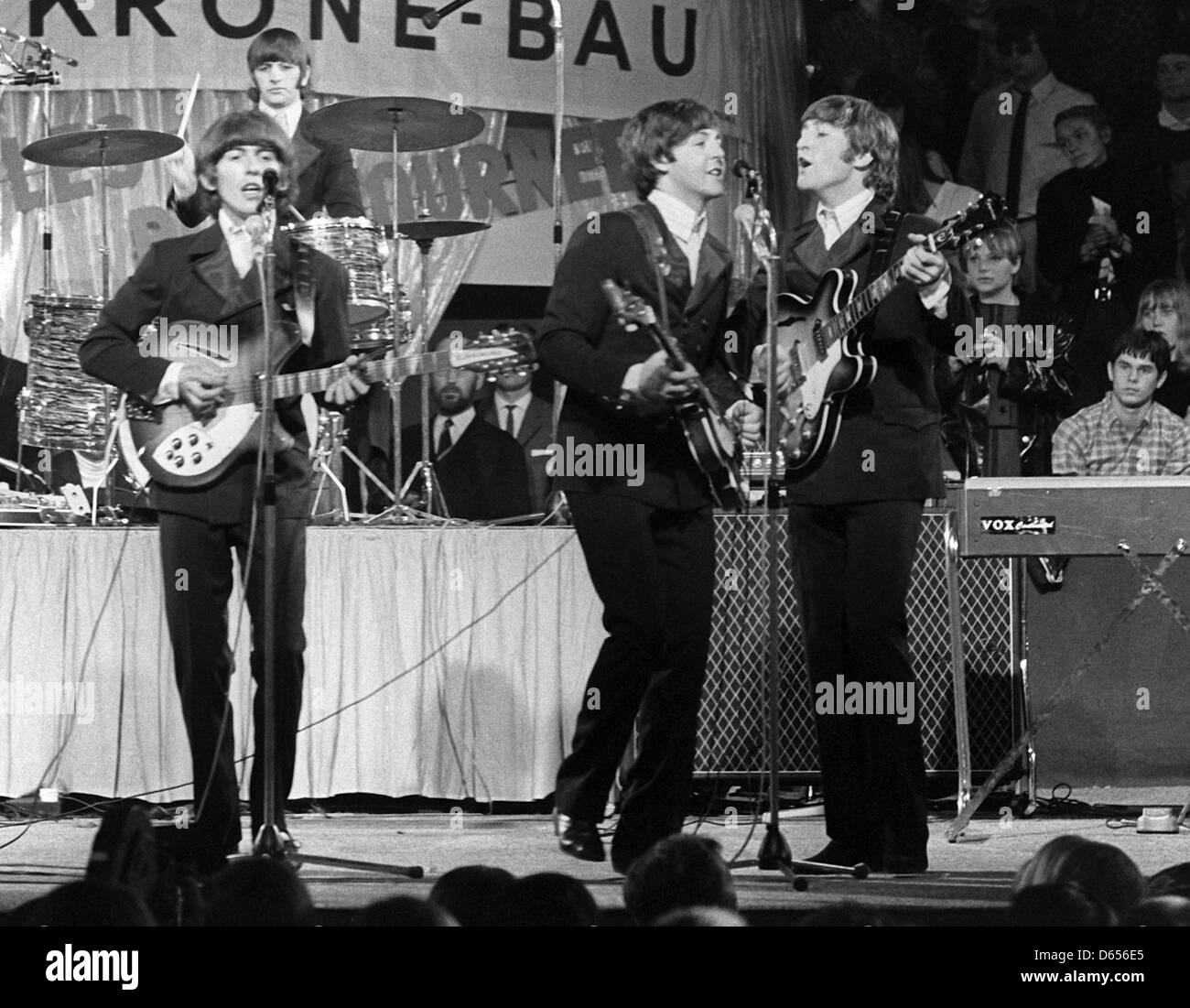 (dpa FILE) - An archive picture, dated 24 June 1966, shows the British band 'The Beatles' (L-R, front) George - Stock Image