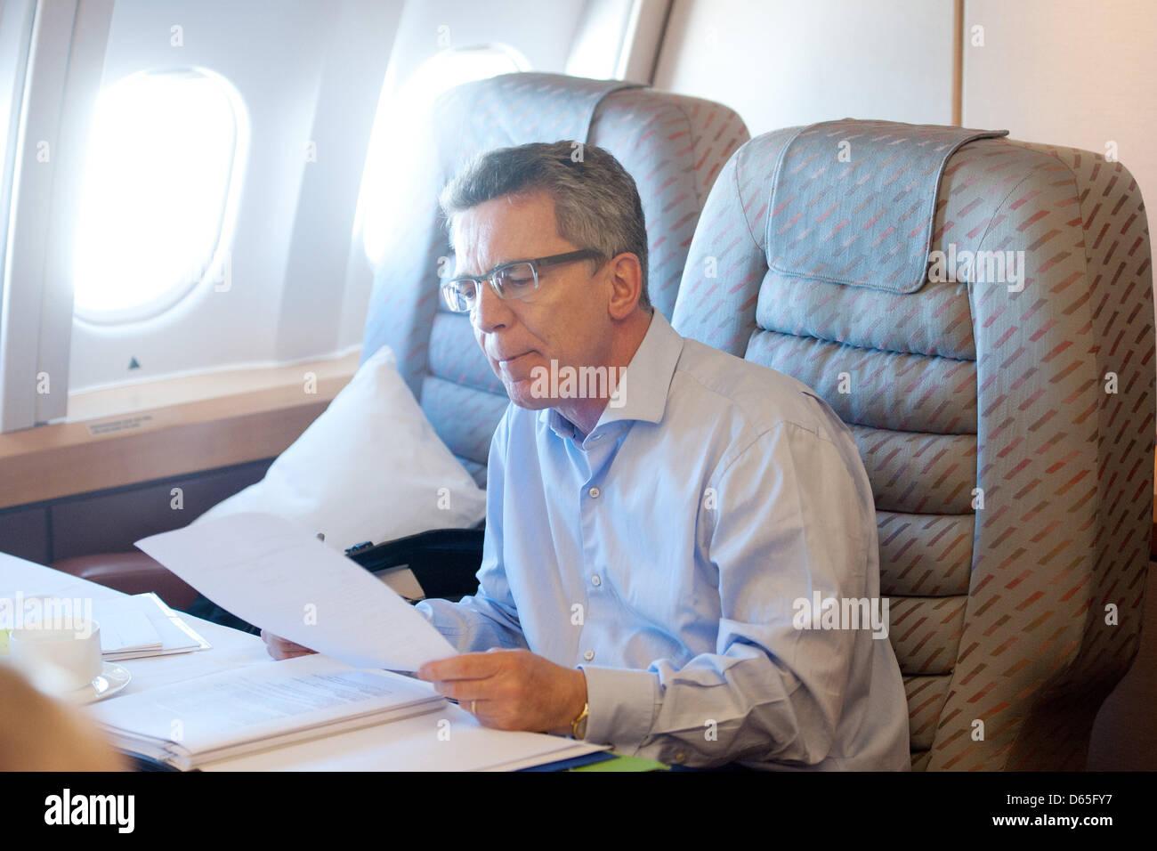 Verteidigungsminister Thomas de Maizière (CDU) arbeitet am Dienstag (19.06.2012) auf dem Flug von Abu Dhabi - Stock Image