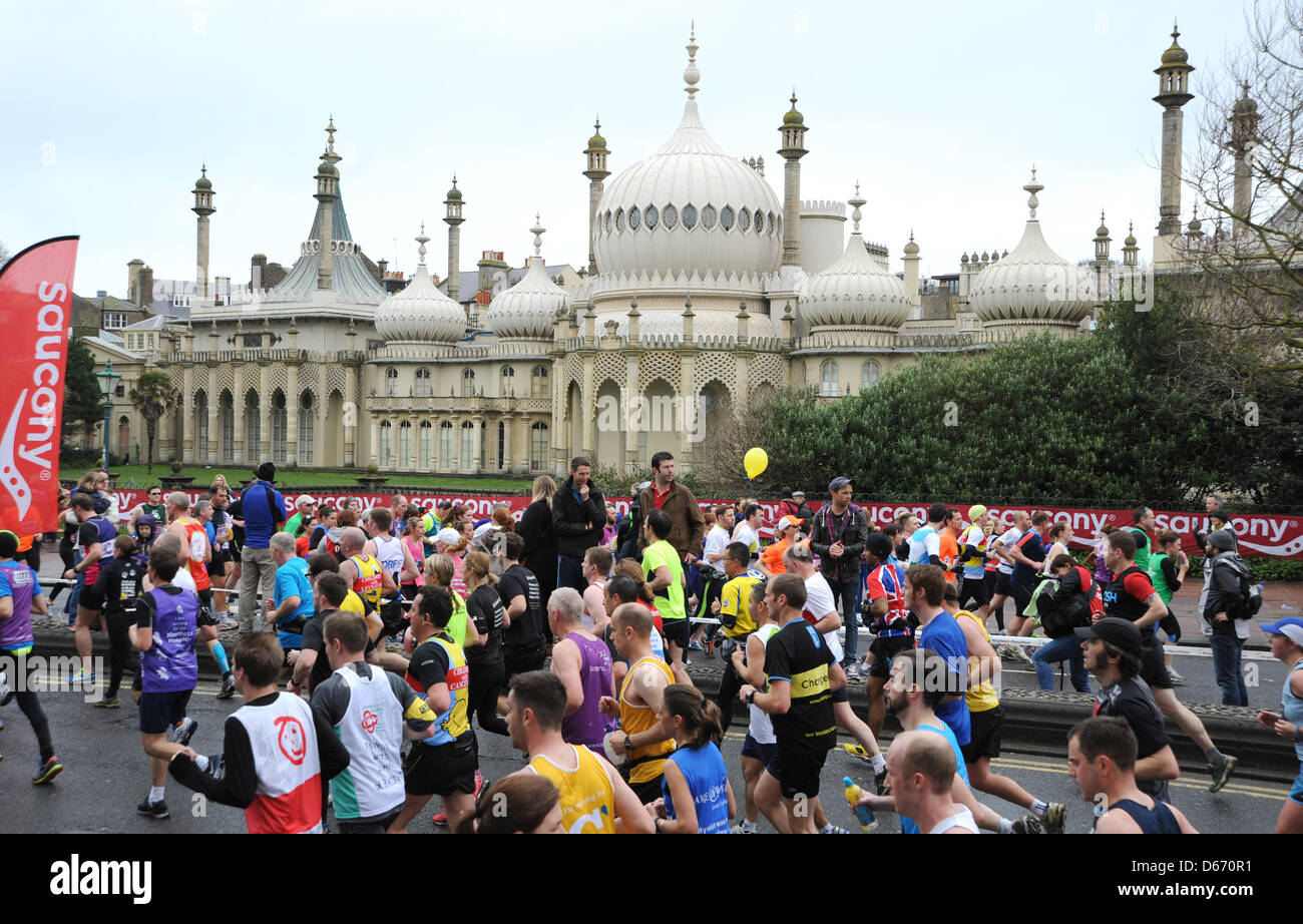 Early pace setters pass the Royal Pavilion in this years Brighton Marathon 2013 - Stock Image