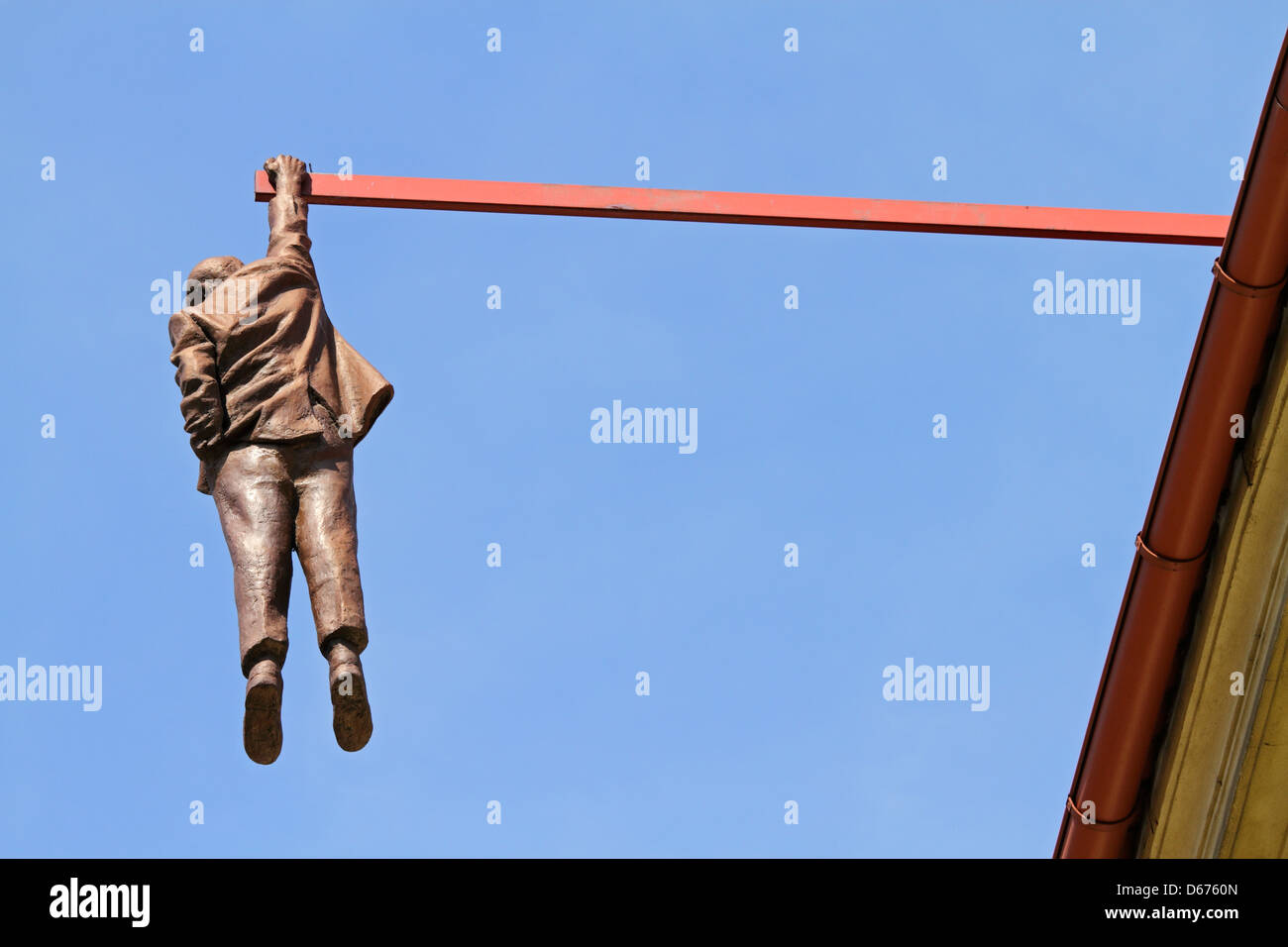 Statue of man hanging out by David Cerny - Stock Image