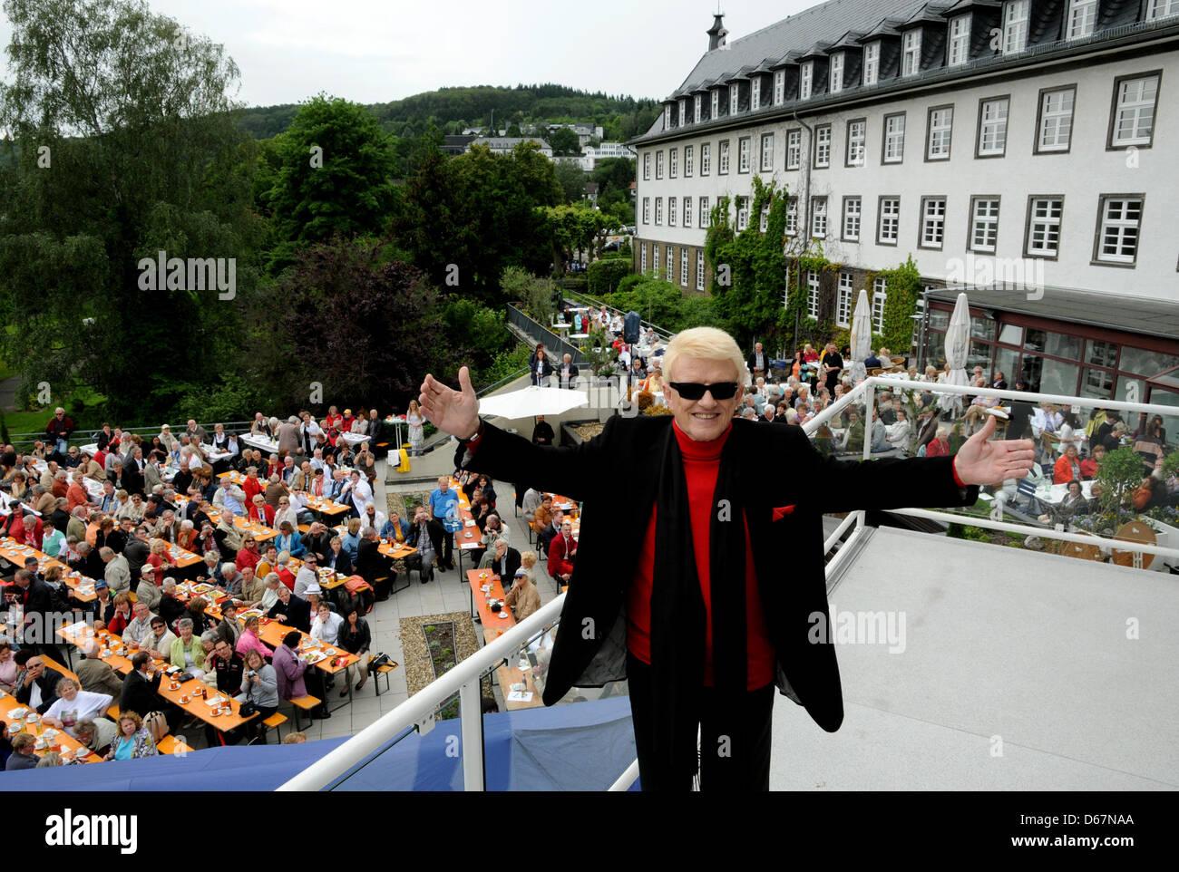 Der Volkssänger Heino posiert am Sonntag (24.06.2012) in Bad Münstereifel mit ausgebreitetet Armen vor dem Kurhaus Stock Photo