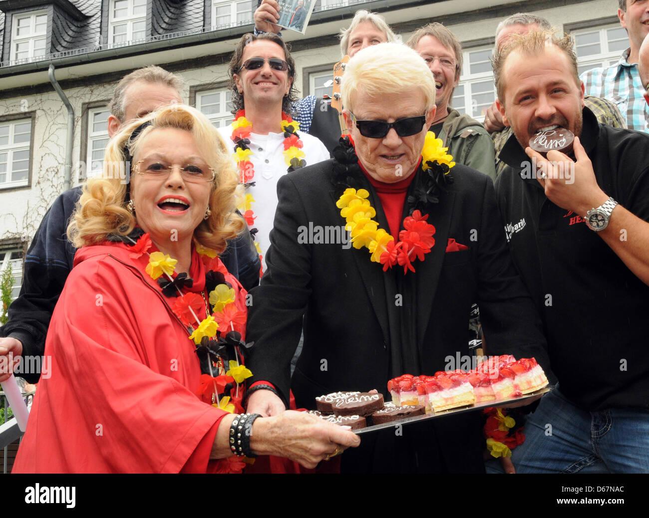 Der Volkssänger Heino (M), seine Frau Hannelore (l) und der Stimmungssänger Willi Herren posieren am Sonntag (24.06.2012) Stock Photo