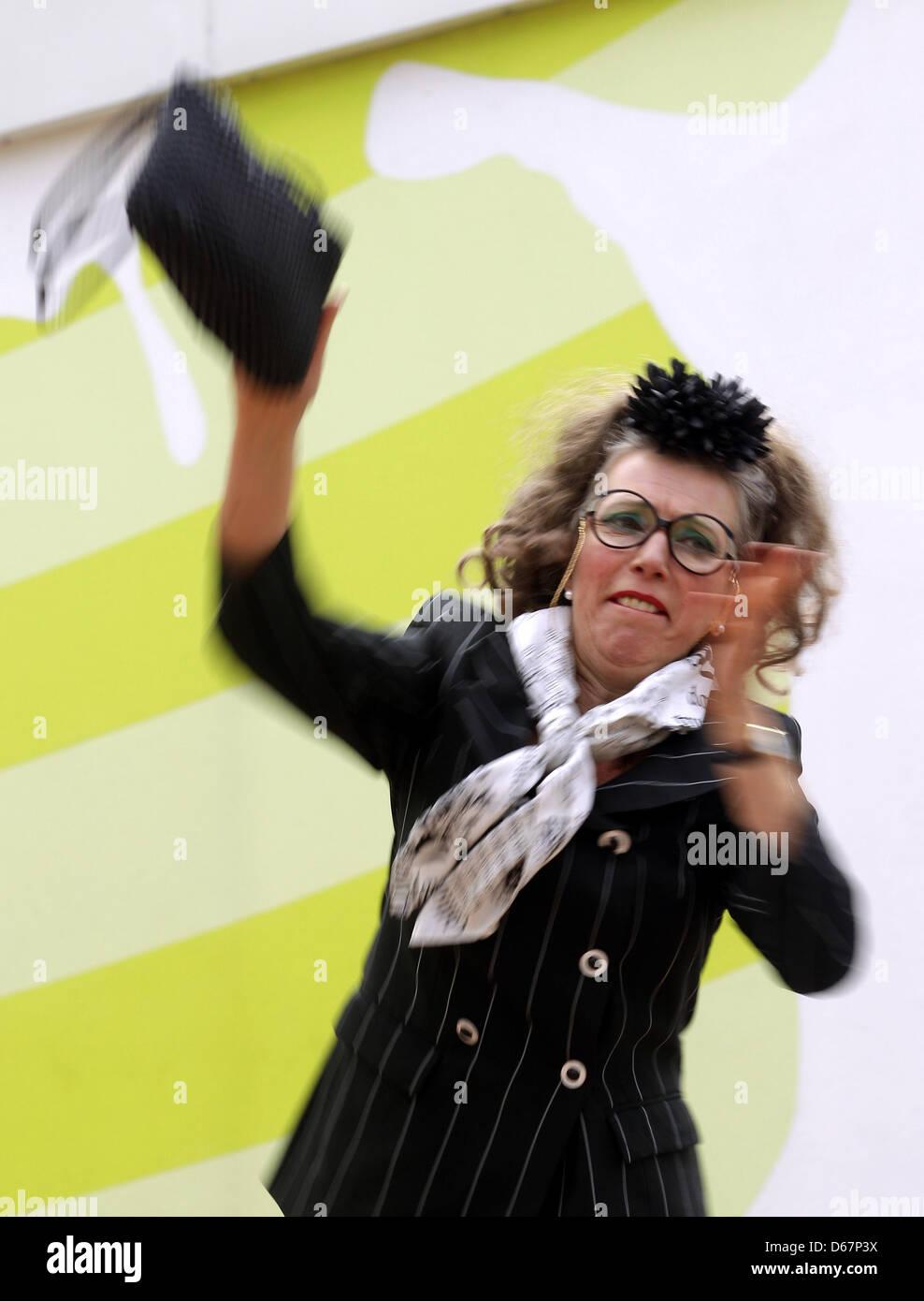 Handtaschen-Weitwurf-Jury-Vorsitzende Irmgard Knüppel schleudert am Dienstag (26.06.2012) in Bottrop im Movie - Stock Image