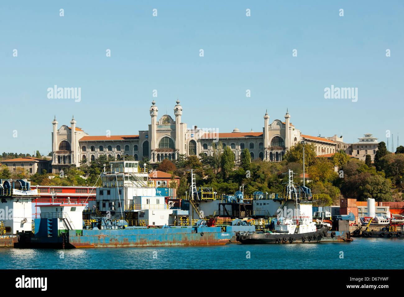 Türkei, Istanbul, Üsküdar, Industrie-Hafen dahinter die Marmara Universität - Stock Image