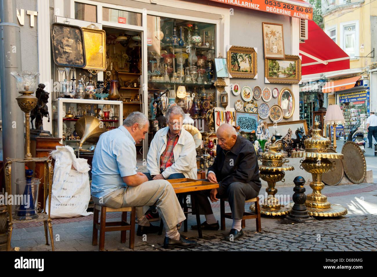 Türkei, Istanbul, Kadiköy, Tellalzade Sokak, Enes Antik, Antiquitüten und Trüdel - Stock Image