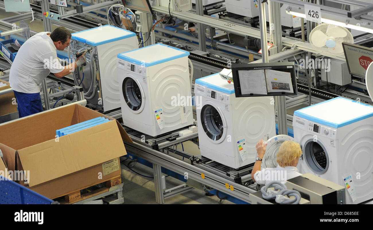 workers of bosch siemens hausgeraete gmbh assemble washing machines stock photo 55498982 alamy. Black Bedroom Furniture Sets. Home Design Ideas