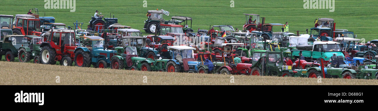 Hundreds of tractors queue on a maedow near Bald Waldsee, Germany, 07 July 2012. The participants try to set up - Stock Image