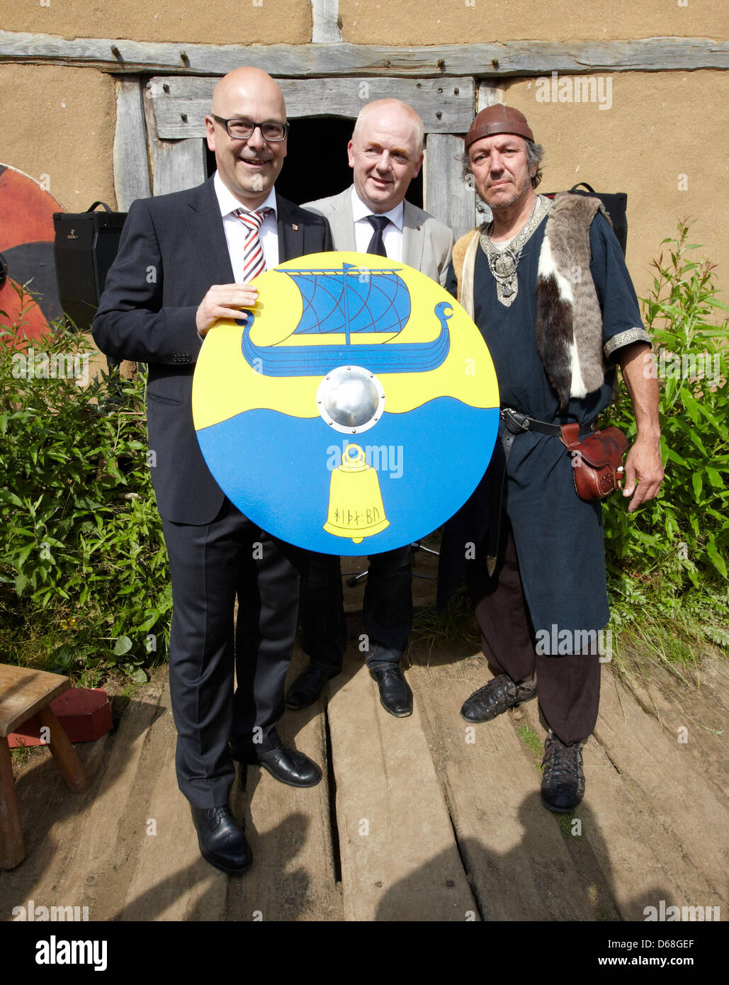 Premiere Thorsten Albig (L-R) receives a shield from mayor Ralf Feddersen and Thomas Mauler during the event 'Kurs - Stock Image