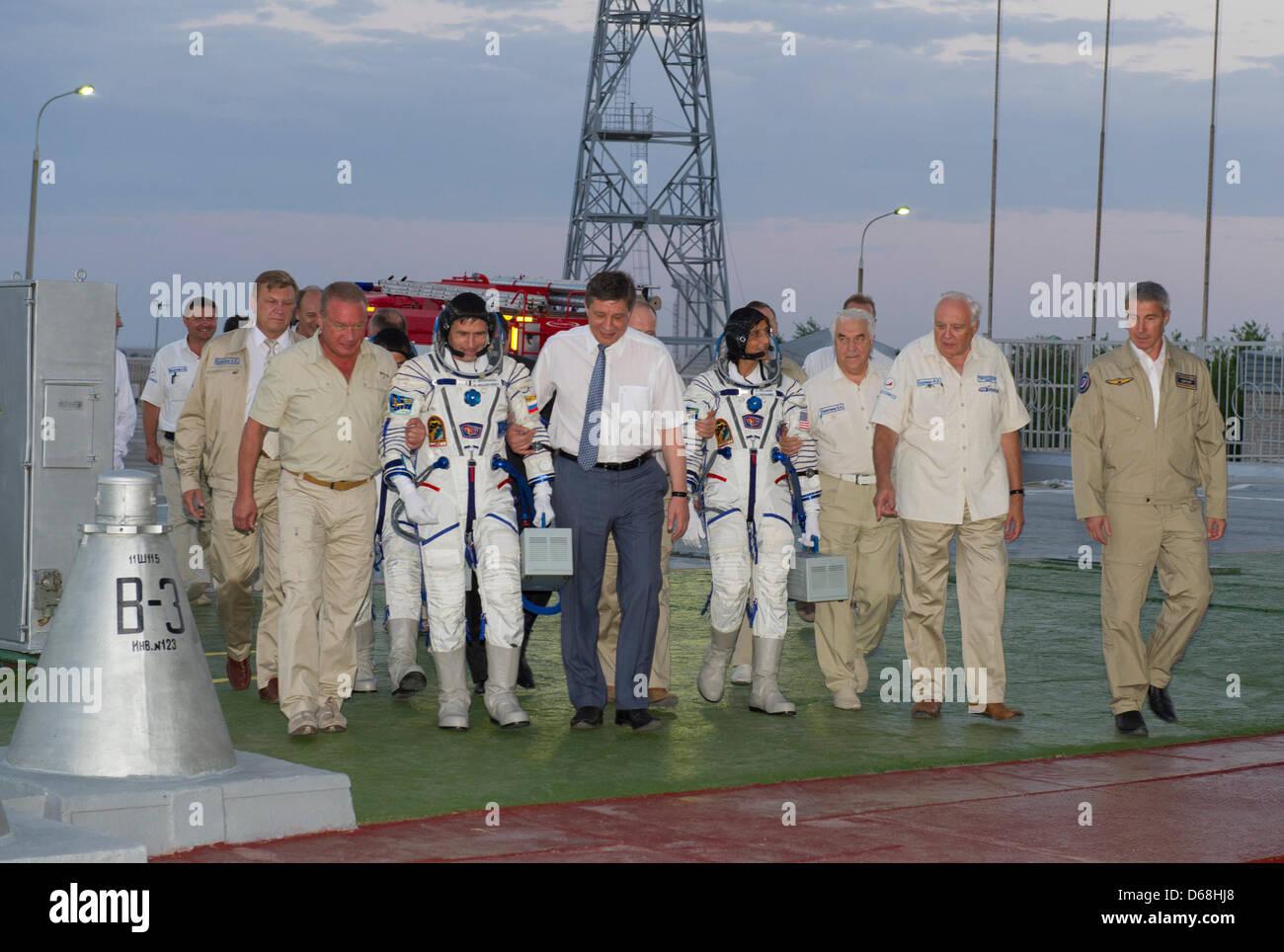 Expedition 32 Soyuz Commander Yuri Malenchenko(2-L), and NASA Flight Engineer Sunita Williams are escorted - Stock Image
