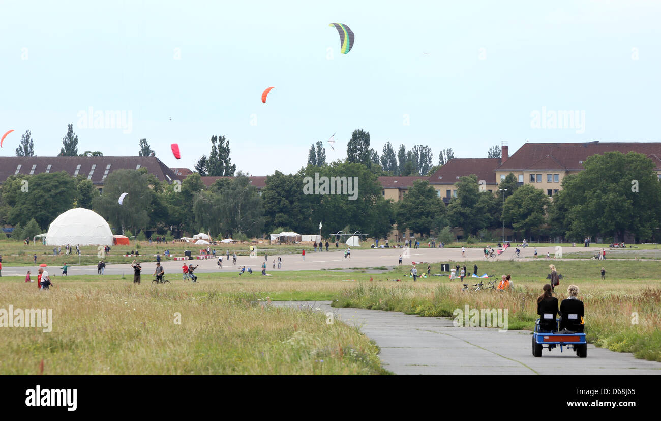Visitors fly kites on the premises of the former Tempelhof airport, the Tempelhof field, in Berlin, Germany, 15 Stock Photo