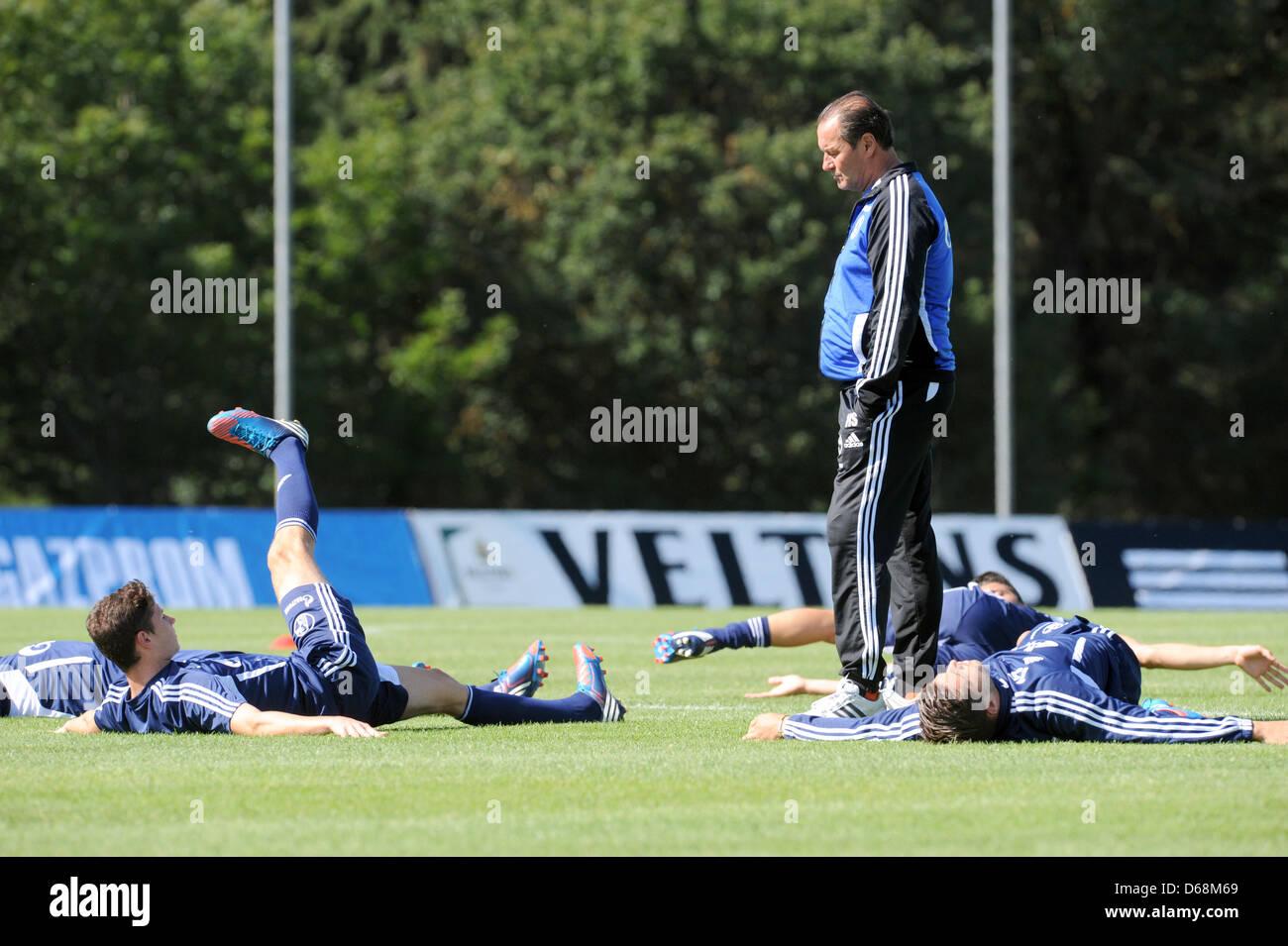 Schalke's head coach Huub Stevens (C) watches his players at the training camp of FCSchalke 04 in Donaueschingen, - Stock Image
