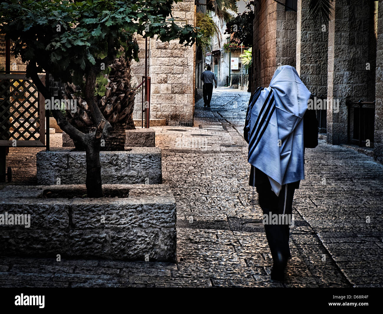 Jewish man wrapped in a tallith in the Jewish Quarter, Old City, Jerusalem - Stock Image
